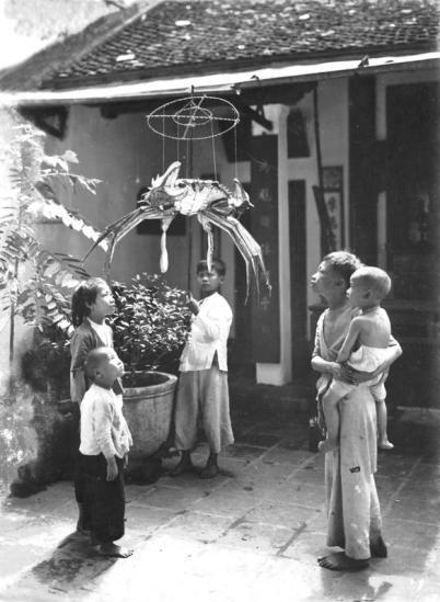 Ngắm nghía những cái đèn (hình con cua) được người lớn mua cho là cái thú âm ỉ đối với lũ trẻ trong những ngày chờ Trung Thu đến.