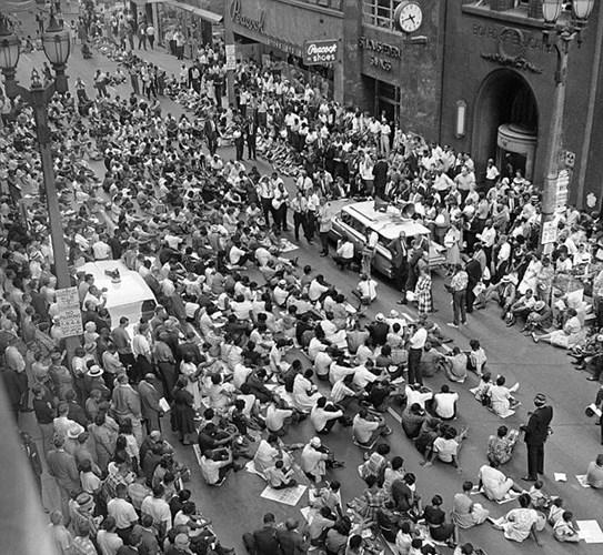 Ngày 21/6/1963, đám đông biểu tình người da đen ngồi giữa phố Locust thuộc St. Louis trong giờ cao điểm để phản đối phân biệt đối xử trong các trường học của thành phố.