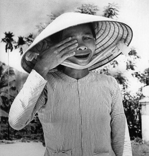 Trong đó không thể bỏ qua những tấm hình đắt giá về cuộc chiến tranh tàn khốc ở Việt Nam một thời. Bức ảnh này chụp một phụ nữ ở Trà Bồng, Việt Nam bật khóc khi con trai bà thiệt mạng vì bom đạn năm 1968. Đây là một trong những bức ảnh cuối cùng của cựu nhiếp ảnh gia AP.