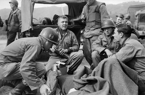 Một binh sĩ GI bị thương đang được đồng nghiệp sơ cứu ngày 17/10/1952 tại Việt Nam.