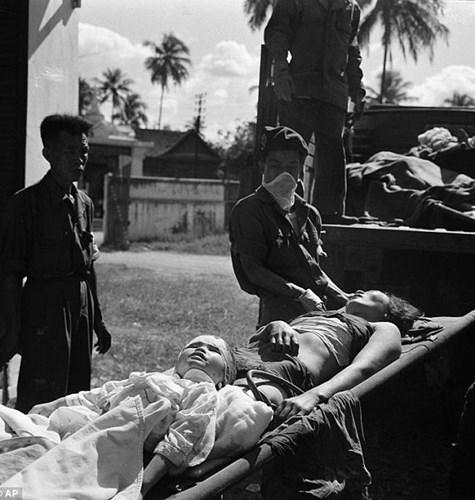 Ngoài những tác phẩm về chiến tranh Việt Nam, cựu nhiếp ảnh gia AP còn sở hữu nhiều bức ảnh kinh điển về chiến tranh tại các nước trên thế giới. Trong ảnh là một phụ nữ và em bé Lào đang được chuyển đến điều trị tại một bệnh viện thuộc thủ đô Viêng Chăn. Tấm ảnh này được chụp vào tháng 12/1960.