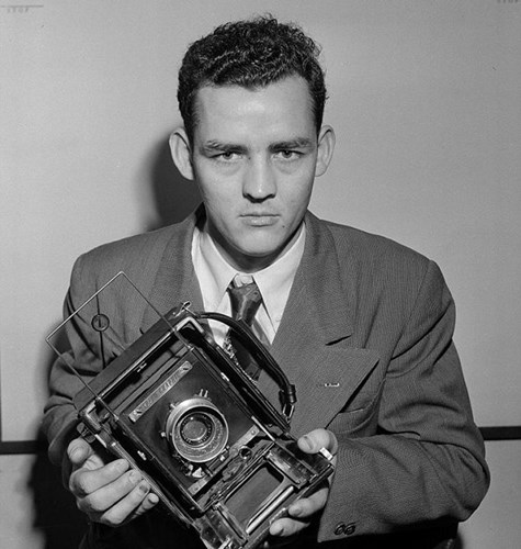 Nhiếp ảnh gia Fred Waters sinh ra tại Alabama năm 1927. Ông mới qua đời tại Gulf Breeze, Florida, Mỹ vào tuần trước. Trong sự nghiệp của mình, Fred Waters đã để lại những tấm hình mang tầm thời đại, đặc biệt là những bức ảnh về chiến tranh trên thế giới. Ảnh: Waters chụp ảnh với dụng cụ tác nghiệp của mình vào ngày 29/1/1952