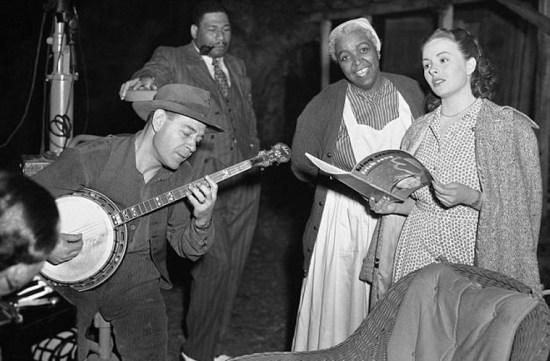 Bức ảnh chụp Ethel Waters Jeannie Crain và Jack Watson hát bản song ca ở Hollywood, California ngày 16/5/1949.