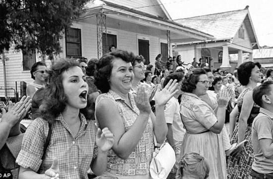 ha mẹ hân hoan khi con em họ được vào học tại một trong những trường công lập đầu tiên ở New Orleans. Ảnh do Fred Waters chụp ngày 6/9/1962.