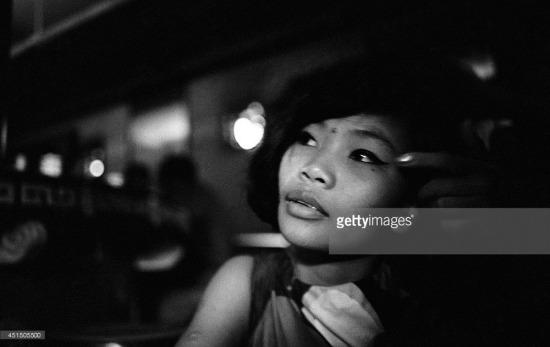Khuôn mặt được trang điểm khá cẩn thận của một gái làng chơi. Ảnh chụp trong quán bar, Sài Gòn tháng 9/1967. Ảnh: Gilles Caron.