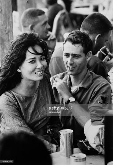Người lính Mỹ cùng bạn gái của mình ở Vũng Tàu, tháng 4/1969. Lính Mỹ đóng quân tại các đô thị ở miền Nam Việt Nam thường tìm kiếm nhân tình tại các quán bar. Các mối quan hệ kiểu này được duy trì bằng tiền và mang tính công khai. Ảnh: Ullstein Bild.