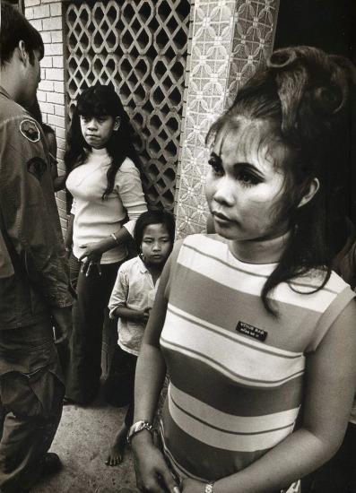 Những cô gái bán dâm phục vụ lính Mỹ không hành nghề tự do mà thường là nhân viên của các quán bar. Cô gái này làm việc ở quán bar Venus, Cần Thơ năm 1970. Ảnh: Philip Jones Griffiths.