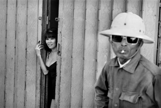 Một cô gái điếm chờ khách tại nhà thổ gần sân bay Tân Sơn Nhất, điểm đến quen thuộc của lính Mỹ, 1973. Ảnh: René Burri.
