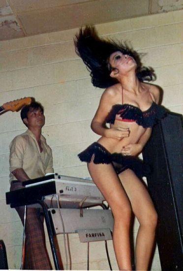 Bên cạnh gái bar, gái nhảy tại các các hộp đêm, vũ trường ở miền Nam trước 1975 cũng là đối tượng sẵn sàng chiều lính Mỹ tới bến.