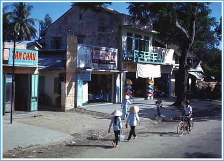Chú thích của Steve Brown trên Flickr cá nhân của mình về bức ảnh: Một đường phố ở Huế, được tôi chụp từ thùng chiếc xe tải loại nửa tấn của quân đội Mỹ khi chiếc xe chạy qua Huế. Có thể cảm nhận được hơi thở bình yên của cuộc sống hàng ngày ở nơi đây, mặc dù các cuộc chiến đang diễn ra ác liệt ở nhiều khu vực xung quanh.