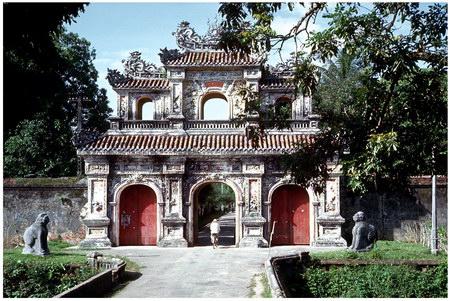 Chú thích của Steve Brown trên Flickr cá nhân của mình về bức ảnh: Cổng Hiền Nhơn là một trong những cửa ô đẹp dẫn vào Hoàng thành ở Huế. Công trình này đã bị hư hại trong Tết Mậu Thân, nhưng sau đó đã được khôi phục. Bức ảnh được chụp trong một chuyến tham quan khu vực Hoàng thành.