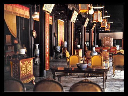 Chú thích của Steve Brown trên Flickr cá nhân của mình về bức ảnh: Nội thất phía trong Cung Diên Thọ, là cung điện của Hoàng thái hậu triều Nguyễn. Đây là một trong những cung điện lịch sử đẹp nằm trong Hoàng thành Huế