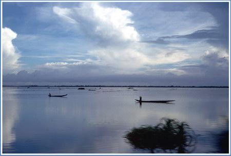 Chú thích của Steve Brown trên Flickr cá nhân của mình về bức ảnh: Bức ảnh này cũng được chụp từ trên xe jeep tại Quốc lộ 1. Khu vực này trong giống như một hồ nước, nhưng kỳ thực thì nó là những cánh đồng lúa bị ngập nước trong mùa mưa.