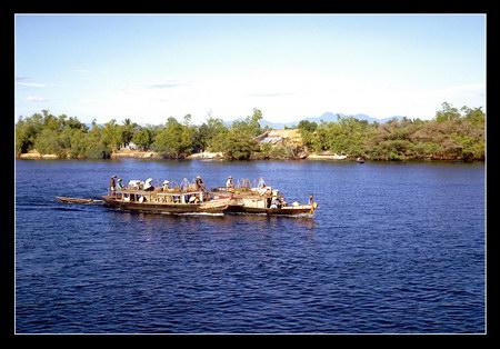 Chú thích của Steve Brown trên Flickr cá nhân của mình về bức ảnh: Sông Hương, con sông nổi tiếng của Huế. Tôi đang ngồi trên một con tàu chở quân loại nhỏ của hải quân Mỹ khi tôi chụp bức ảnh này. Chúng tôi đã mất một đêm để đi từ vùng vịnh Đà Nẵng đến cửa sông. Trong ánh bình minh, con tàu đi thêm vài dặm nữa để đến thành phố Huế. Trên chặng đường này, chúng tôi đã bắt gặp một cặp đôi thú vị: hai con thuyền của người Việt bám sát nhau.