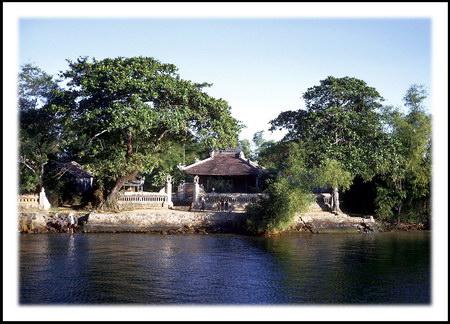 Chú thích của Steve Brown trên Flickr cá nhân của mình về bức ảnh: Một đền thờ nhỏ nằm bên bờ sông Hương, được chụp từ con tàu của hải quân Mỹ. Ngay phía trước ngôi đền, những đứa trẻ đang vẫy tay chào chúng tôi.