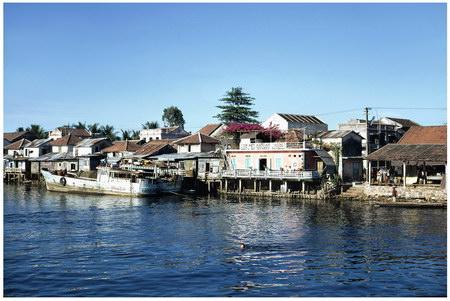 Chú thích của Steve Brown trên Flickr cá nhân của mình về bức ảnh: Có rất nhiều thứ để ngắm nhìn trên dòng sông Hương của Huế. Hãy nhìn kỹ, bạn sẽ thấy một cậu bé đang bơi về phía con tàu của chúng tôi. Cậu ta sẽ xin kẹo, và chúng tôi thì luôn có sẵn kẹo cho những tình huống như thế này.