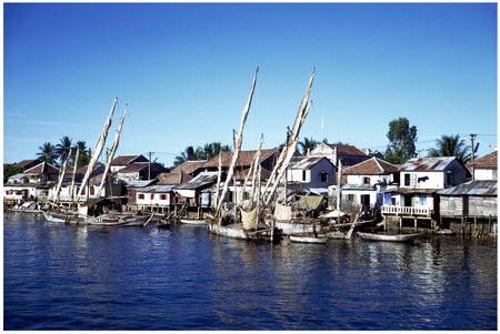 Chú thích của Steve Brown trên Flickr cá nhân của mình về bức ảnh: Với những ngôi nhà và thuyền bè đậu san sát, bức ảnh này đã thể hiện được không khí nhộn nhịp, đông đúc của bờ sông Hương tại thành phố Huế một cách hoàn hảo.